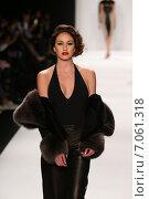 Купить «NEW YORK, NY - FEBRUARY 19: A model walks the runway in a Hallie Sara design at the Art Hearts fashion show during MBFW Fall 2015 at Lincoln Center on February 19, 2015 in NYC», фото № 7061318, снято 19 февраля 2015 г. (c) Anton Oparin / Фотобанк Лори