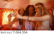 Купить «In high quality format hipster friends on road trip taking selfie», видеоролик № 7064354, снято 17 февраля 2019 г. (c) Wavebreak Media / Фотобанк Лори