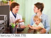Купить «Doctor examining baby», фото № 7068770, снято 24 мая 2014 г. (c) Яков Филимонов / Фотобанк Лори