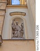 Купить «Статуя святого Викентия де Поля на фасаде католического костела Святого Креста в Варшаве, Польша. Скульптор Pawel Pietrusinski, 2011 г.», фото № 7069206, снято 20 октября 2014 г. (c) Иван Марчук / Фотобанк Лори