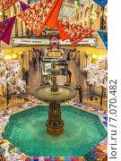 Купить «Зимнее оформление знаменитого фонтана в центре Торгового дома ГУМ. Москва», фото № 7070482, снято 17 февраля 2015 г. (c) Владимир Сергеев / Фотобанк Лори