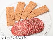 Сырокопченая колбаса и ржаные хрустящие хлебцы. Стоковое фото, фотограф Яна Королёва / Фотобанк Лори