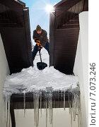 Парень чистит крышу от снега и льда. Стоковое фото, фотограф Svetlana Mihailova / Фотобанк Лори