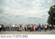 Купить «Люди на смотровой площадке на Воробьевых горах», эксклюзивное фото № 7073942, снято 26 августа 2011 г. (c) Svet / Фотобанк Лори