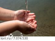 Чистая вода, льющаяся в детские ручки. Стоковое фото, фотограф Александра Задохина / Фотобанк Лори