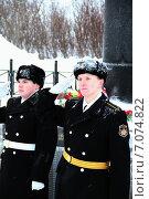 Купить «Военнослужащие ВМФ у памятника отдающие воинское приветствие», эксклюзивное фото № 7074822, снято 23 февраля 2013 г. (c) Иван Мацкевич / Фотобанк Лори