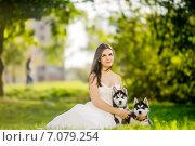 Девушка в белом платье с собаками в парке. Стоковое фото, фотограф Савчук Алексей / Фотобанк Лори