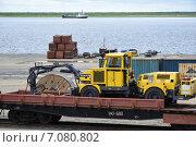 Порт Дудинка, транспортировка горнодобывающей техники (2014 год). Редакционное фото, фотограф Николай Новиков / Фотобанк Лори