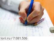 Урок русского языка в школе. Левша пишет в тетради. Стоковое фото, фотограф yeti / Фотобанк Лори