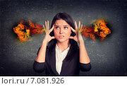 Купить «Молодая брюнетка в офисном костюме держится пальцами за голову», фото № 7081926, снято 19 сентября 2019 г. (c) Кирилл Черезов / Фотобанк Лори