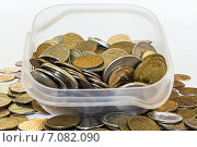 Металлические деньги россыпью и в посуде. Стоковое фото, фотограф Митрофанов Роман / Фотобанк Лори