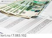Купить «Документы для покупки квартиры. Пачка тысячных купюр разложенных веером лежит на графике платежей кредитного договора», эксклюзивное фото № 7083102, снято 2 марта 2015 г. (c) Игорь Низов / Фотобанк Лори