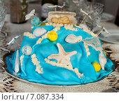 Самодельный торт украшенный морской тематикой стоит на праздничном столе. Стоковое фото, фотограф Игорь Низов / Фотобанк Лори