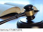 Судейский молоток с книгой на столе. Стоковое фото, фотограф Денис Ларкин / Фотобанк Лори