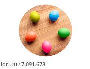 Цветные пасхальные яйца на круглой деревянной доске. Стоковое фото, фотограф Петрова Инна / Фотобанк Лори