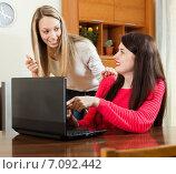 wonder women looking to laptop. Стоковое фото, фотограф Яков Филимонов / Фотобанк Лори