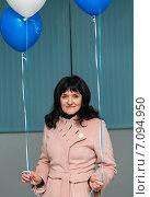 Купить «Счастливая женщина средних лет с воздушными шариками в руках», эксклюзивное фото № 7094950, снято 24 февраля 2015 г. (c) Игорь Низов / Фотобанк Лори