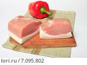 Куски сырокопченого мяса, бекон на деревянной доске и красный перец на салфетке. Стоковое фото, фотограф Яна Королёва / Фотобанк Лори