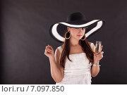 Купить «Красивая девушка с шампанским», фото № 7097850, снято 17 ноября 2010 г. (c) Мария Разумная / Фотобанк Лори