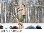 Купить «Празднование Масленицы в Новосибирске. Мужчина забирается на столб», фото № 7104134, снято 22 февраля 2015 г. (c) Наталия Макарова / Фотобанк Лори