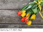 Букет красных и желтых тюльпанов на деревянном фоне. Стоковое фото, фотограф Елена Блохина / Фотобанк Лори