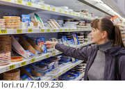 Купить «Молодая женщина выбирает рыбные пресервы в сетевом гипермаркете», фото № 7109230, снято 15 августа 2018 г. (c) FotograFF / Фотобанк Лори