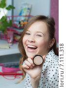 Купить «Красивая девушка с кремом в руках», фото № 7111318, снято 25 февраля 2015 г. (c) Эльвира Рахманова / Фотобанк Лори