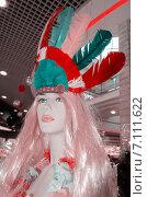 Женский манекен с головным убором из перьев (2015 год). Редакционное фото, фотограф Наталия Пылаева / Фотобанк Лори