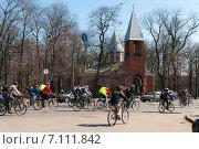 Купить «Большая колонна велосипедистов на улицах Санкт-Петербурга», фото № 7111842, снято 23 апреля 2011 г. (c) Ольга Визави / Фотобанк Лори