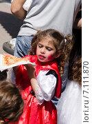 Девочка ест пиццу на улице Beer-Sheva (2015 год). Редакционное фото, фотограф Наталия Пылаева / Фотобанк Лори