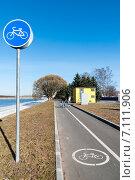 """Купить «Знак """"Велосипедная дорожка""""», фото № 7111906, снято 23 апреля 2011 г. (c) Ольга Визави / Фотобанк Лори"""