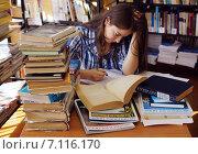 Студентка готовиться к экзамену (2014 год). Редакционное фото, фотограф Ирина Буржинская / Фотобанк Лори