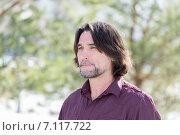 Портрет длинноволосого мужчины средних лет в фиолетовой рубашке на природе летом. Стоковое фото, фотограф Володина Ольга / Фотобанк Лори
