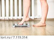 Женские ноги осторожно ступают на напольные весы. Стоковое фото, фотограф Кекяляйнен Андрей / Фотобанк Лори