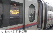 Купить «Сапсан. Проводница.Человек садится в поезд», видеоролик № 7119698, снято 13 марта 2015 г. (c) Звездочка ясная / Фотобанк Лори