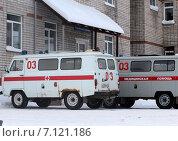 Купить «Машины скорой помощи припаркованы у входа в здание», фото № 7121186, снято 16 декабря 2014 г. (c) Марина Орлова / Фотобанк Лори
