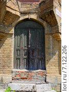 Купить «Входная деревянная дверь на улице», фото № 7122206, снято 17 июля 2014 г. (c) Марина Володько / Фотобанк Лори