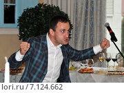 Юрий Оскаров (в образе) выступает (2014 год). Редакционное фото, фотограф Корнеев Дмитрий / Фотобанк Лори