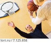 Купить «Happy spouses throwing the ball», фото № 7125858, снято 22 ноября 2018 г. (c) Яков Филимонов / Фотобанк Лори
