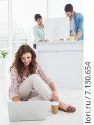 Купить «Smiling businesswoman sitting on the floor using laptop», фото № 7130654, снято 27 мая 2014 г. (c) Wavebreak Media / Фотобанк Лори