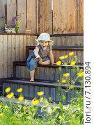Весёлая девочка спускается по деревянной лестнице. Стоковое фото, фотограф Светлана Витковская / Фотобанк Лори