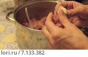 Купить «Руки лепят пельмешки», видеоролик № 7133382, снято 19 декабря 2018 г. (c) Sergei Gorin / Фотобанк Лори