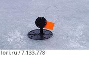 Зимняя жерлица на льду. Стоковое фото, фотограф Денис Сураев / Фотобанк Лори