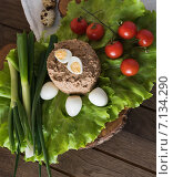 Куриная печень с овощами и перепелиные яйца на деревянном столе. Стоковое фото, фотограф Юлия Младич / Фотобанк Лори