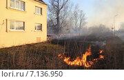 Купить «Огонь подобрался к подножию дома», видеоролик № 7136950, снято 18 марта 2015 г. (c) Smolin Ruslan / Фотобанк Лори