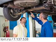 Купить «Mechanic showing customer the problem with car», фото № 7137538, снято 4 октября 2014 г. (c) Wavebreak Media / Фотобанк Лори
