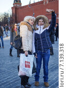 Купить «Мама с дочкой делают селфи на Красной площади», эксклюзивное фото № 7139318, снято 15 марта 2015 г. (c) Виктор Тараканов / Фотобанк Лори