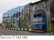 Оформление фасада здания на улице Вокзальная в городе Норильске (2014 год). Редакционное фото, фотограф Николай Новиков / Фотобанк Лори