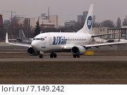 Самолет  авиакомпании ЮТэйр Boeing 737-500  на взлетно-посадочной полосе (2015 год). Редакционное фото, фотограф Артур Буйбаров / Фотобанк Лори