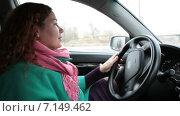 Купить «Женщина за рулем», видеоролик № 7149462, снято 8 декабря 2014 г. (c) Кекяляйнен Андрей / Фотобанк Лори